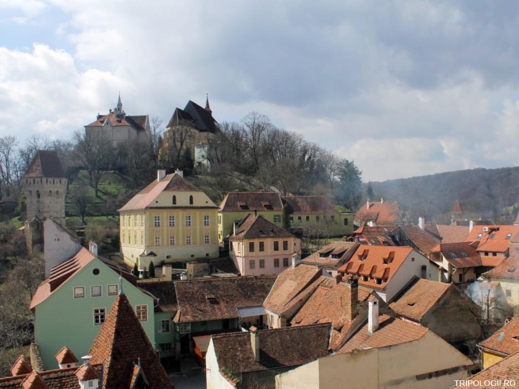Privelişte din Turnul cu ceas cu biserica şi liceul din deal