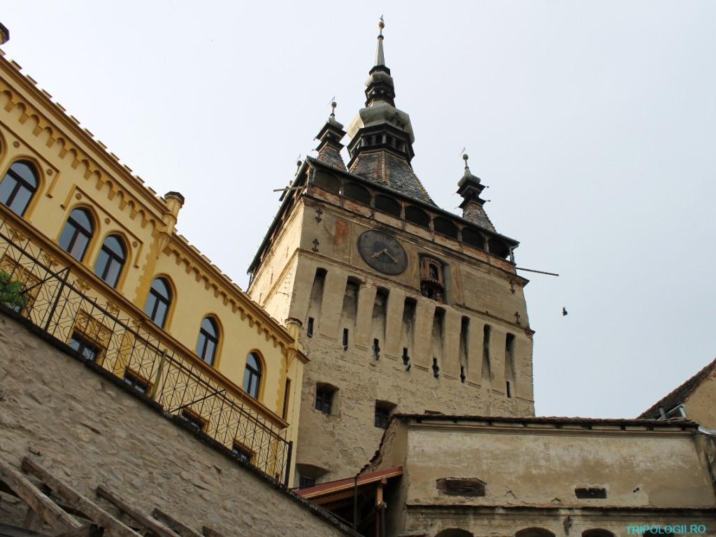 Turnul cu ceas din Sighişoara văzut din exteriorul cetăţii